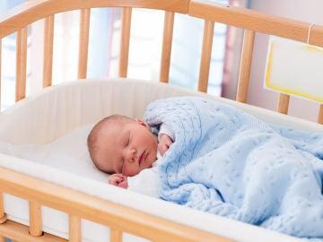 Bebé en cuna