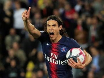 Cavani celebra su gol contra el Saint Etienne