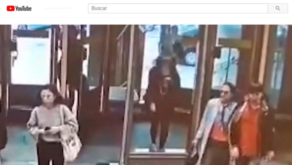 Una joven destroza una puerta de cristal por ir mirando el móvil