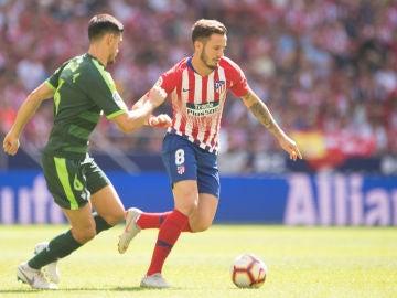 Saúl conduce el balón durante el partido contra el Eibar