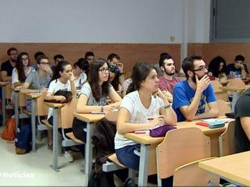 Las mujeres toman protagonismo en la universidad, pero siguen liderando la tasa de temporalidad