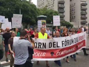 Cientos de vecinos de Barcelona piden a Colau más seguridad y limpieza en una concentración frente al Ayuntamiento