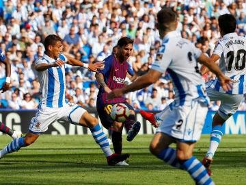 Messi dispara ante la defensa de la Real Sociedad