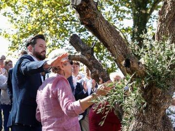 Dolores García y José Miguel Cedillo, viuda e hijo del policía nacional asesinado por ETA