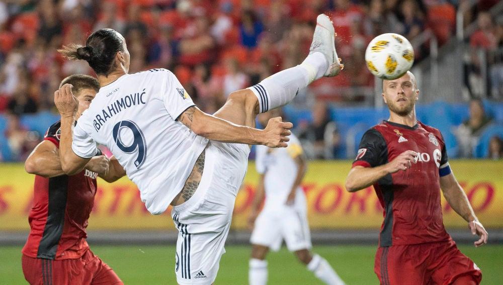 Ibrahimovic remata de manera acrobática