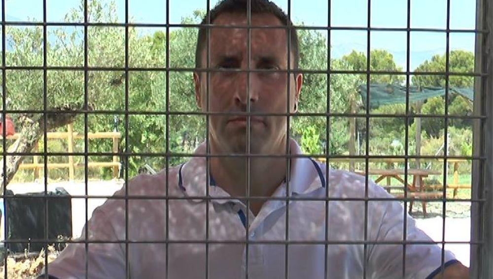 Alfredo Díaz, el voluntario que se ha encerrado en una jaula