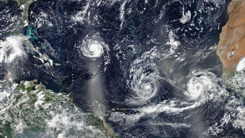 Los huracanes Florence, Isaac y Helene avanzando por aguas del Atlántico Norte