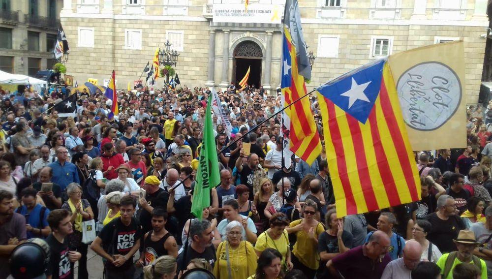 Manifestantes independentistas en la Plaza de Sant Jaume