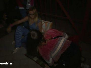 duermen en la calle para que sus hijos tengan una plaza en un colegio público de Madrid