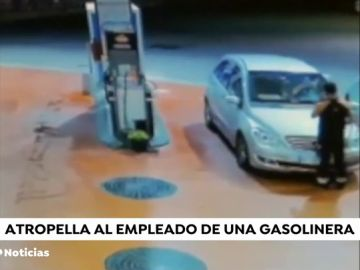 VÍDEO: Se da a la fuga en una gasolinera, arrolla a un trabajador y después vuelve para pagar