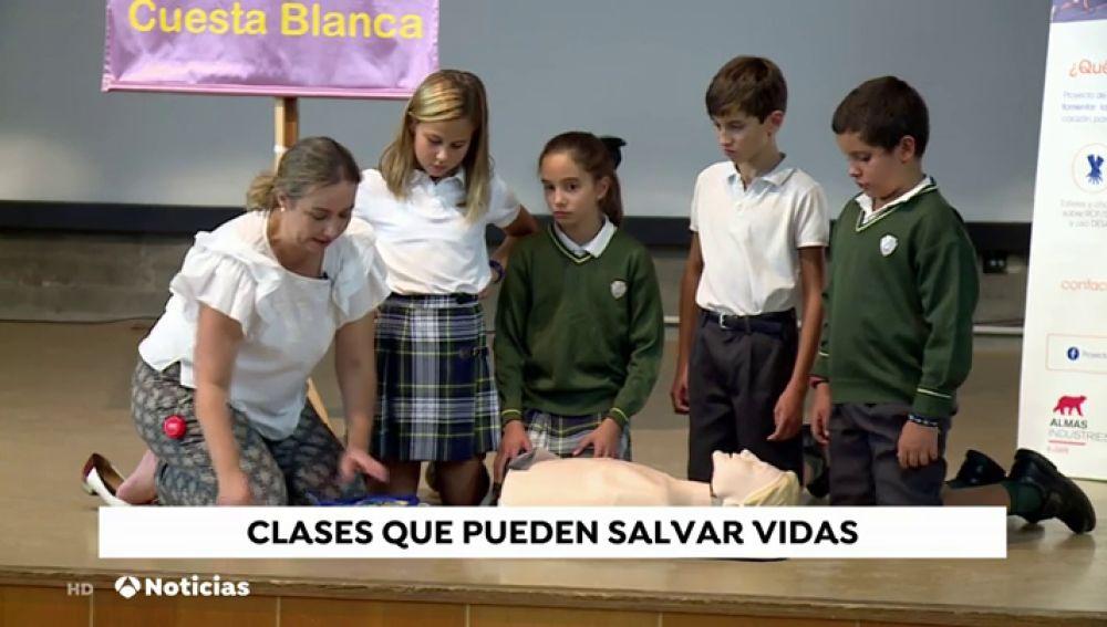 Los colegios de la Comunidad de Madrid instalan desfibriladores y los niños aprenden a usarlo
