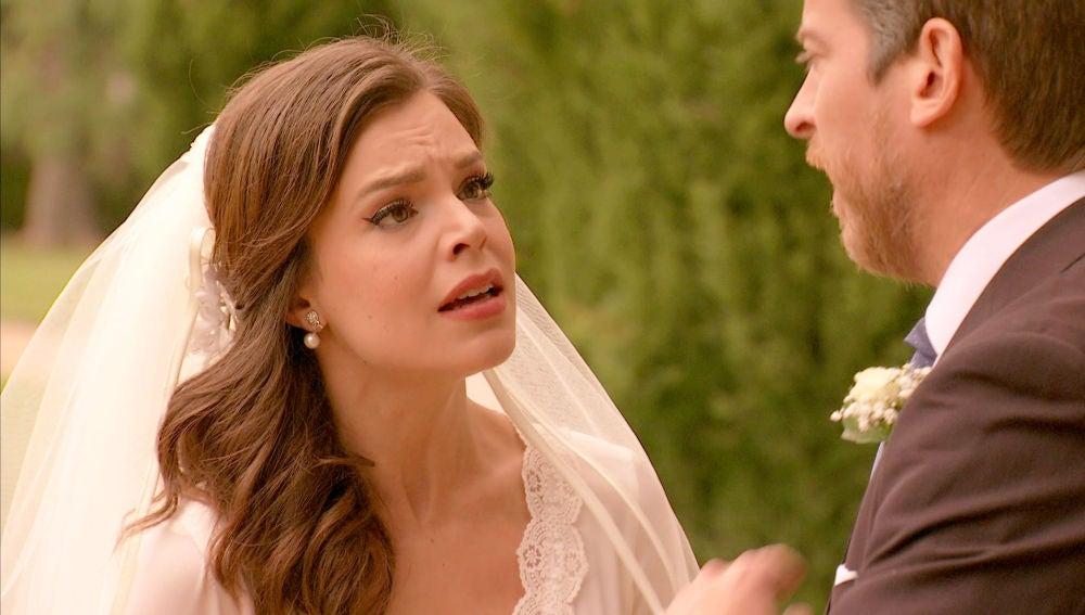 Un invitado sorpresa retrasa la boda para histeria de María