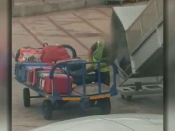 Un operario del aeropuerto de Ibiza roba en una maleta