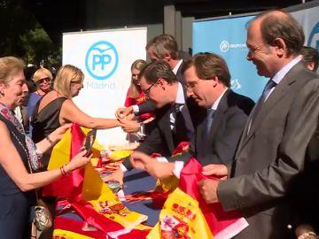 El PP reparte banderas de España para responder a los lazos amarillos