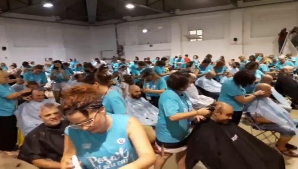 Cuatrocientas personas se rapan el pelo a la vez a favor del cáncer infantil