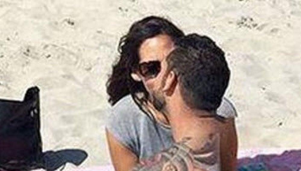 La extraña postura de unos amantes en la playa captada por Google Maps que enloquece a sus usuarios