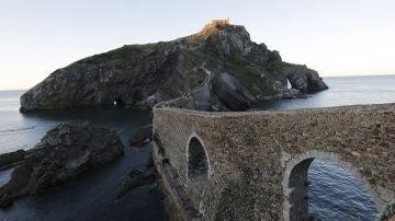 Viajamos a uno de los fantásticos escenarios de 'Presunto Culpable': San Juan de   Gaztelugatxe