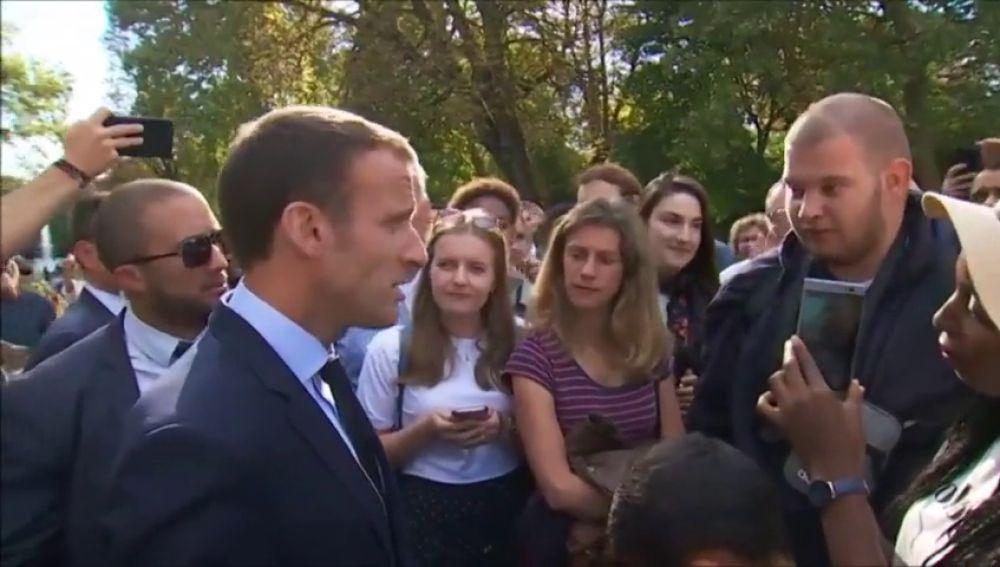 """Macron fanfarronea con un joven desempleado: """"Cruzo la calle y te encuentro un trabajo"""""""