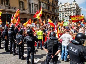 Mossos d'Esquadra impiden el paso a un grupo de personas hacia la plaza de Sant Jaume