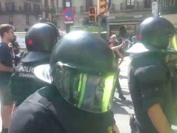 """Las quejas de un manifestante a favor del uso del español ante los Mossos: """""""
