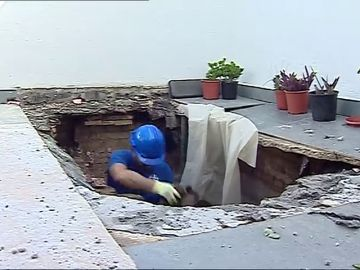 Una mujer resulta herida tras caer del ático al piso de abajo