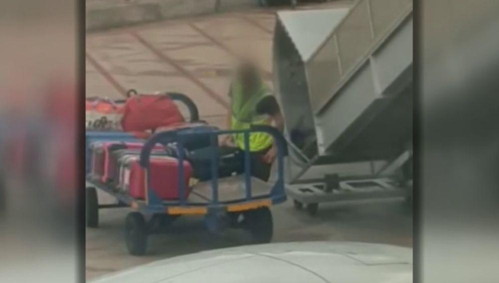 Graban como un operario del aeropuerto de Ibiza abre una maleta y roba un objeto de su interior