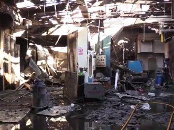 Diez intoxicados leves en el incendio de un taller mecánico en Usera