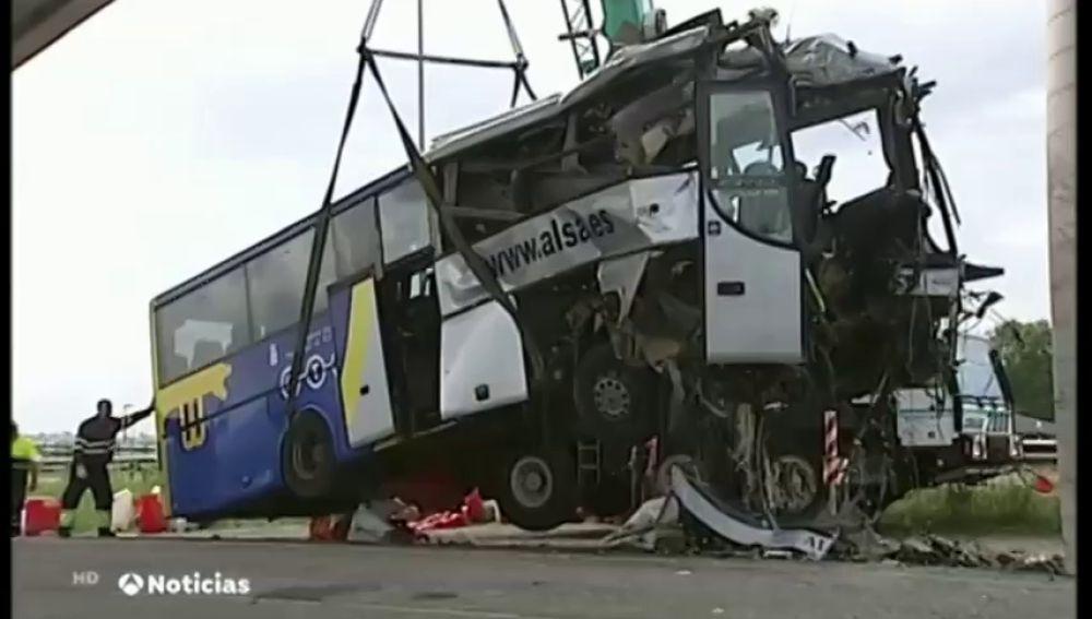 Una unidad especializada de Guardia Civil reconstruye el accidente en el que un autobús con 20 pasajeros resultó siniestrado