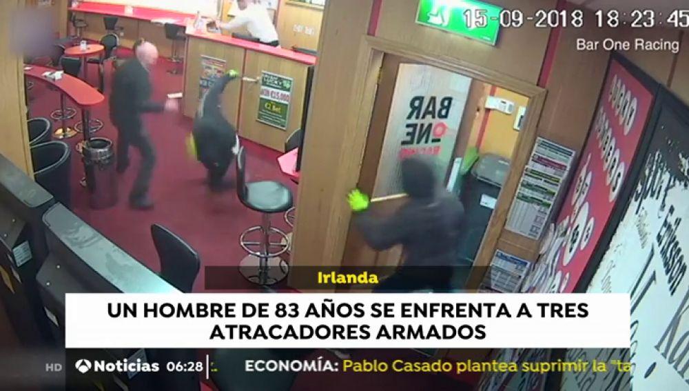 Un hombre de 83 años se enfrenta a tres ladrones armados en un local de apuestas