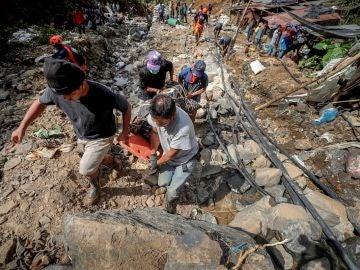 Rescatan el cadáver de una víctima del tifón en Filipinas