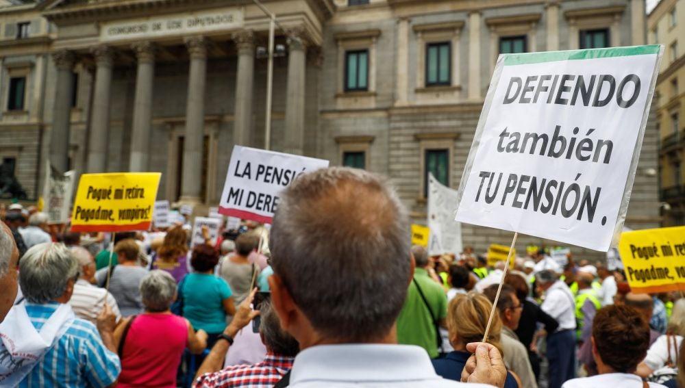 """Los pensionistas """"rodean"""" de nuevo el Congreso pese a que el pleno estaba reunido"""