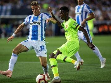 Dembelé intenta zafarse de la defensa del Leganés
