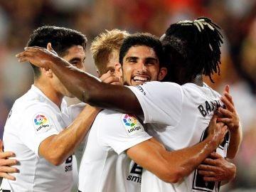 Los jugadores del Valencia celebran el gol de Batshuayi contra el Celta