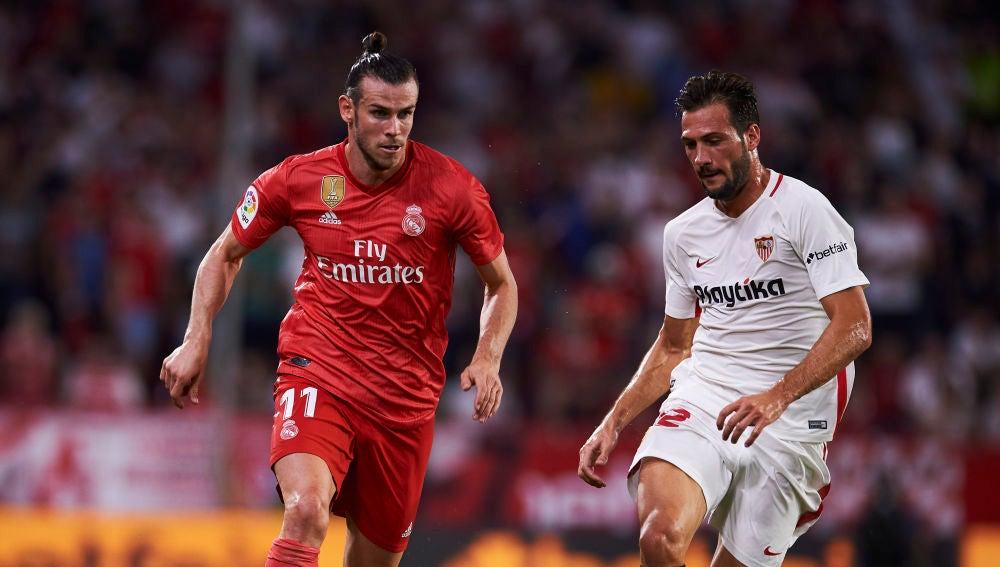 Bale conduce el balón durante el Sevilla - Real Madrid