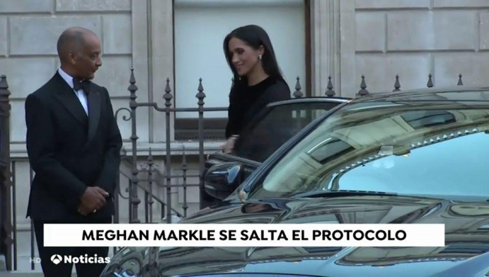 Meghan Markel rompe el protocolo y cierra ella misma la puerta del coche en el que viajaba