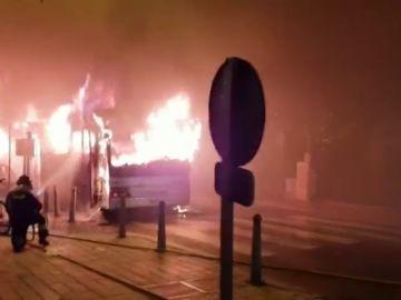 Un autbús y seis coches arden en Sant Jordi
