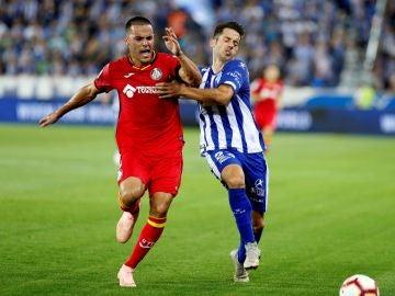 Bruno y Jonathan Rodríguez pelean por el balón