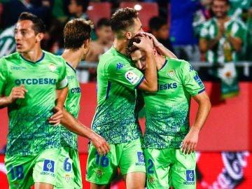 Los jugadores del Betis celebran el gol de Loren Morón contra el Girona