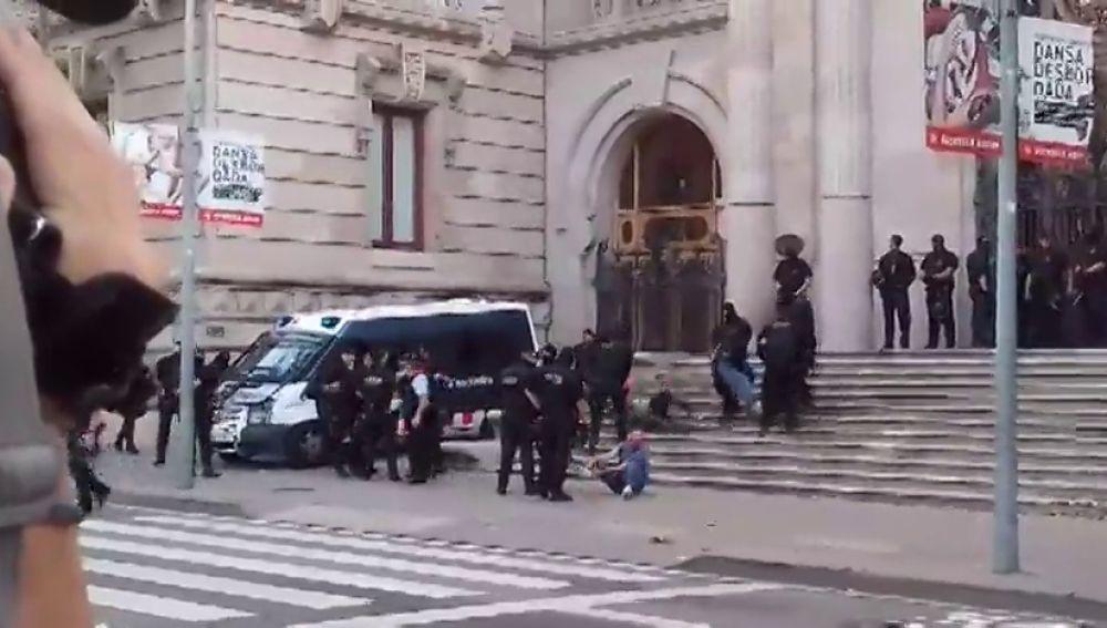 REEMPLAZO Los Mossos desalojan a un centenar de miembros de los CDR que bloqueaban la  puerta del TSJC