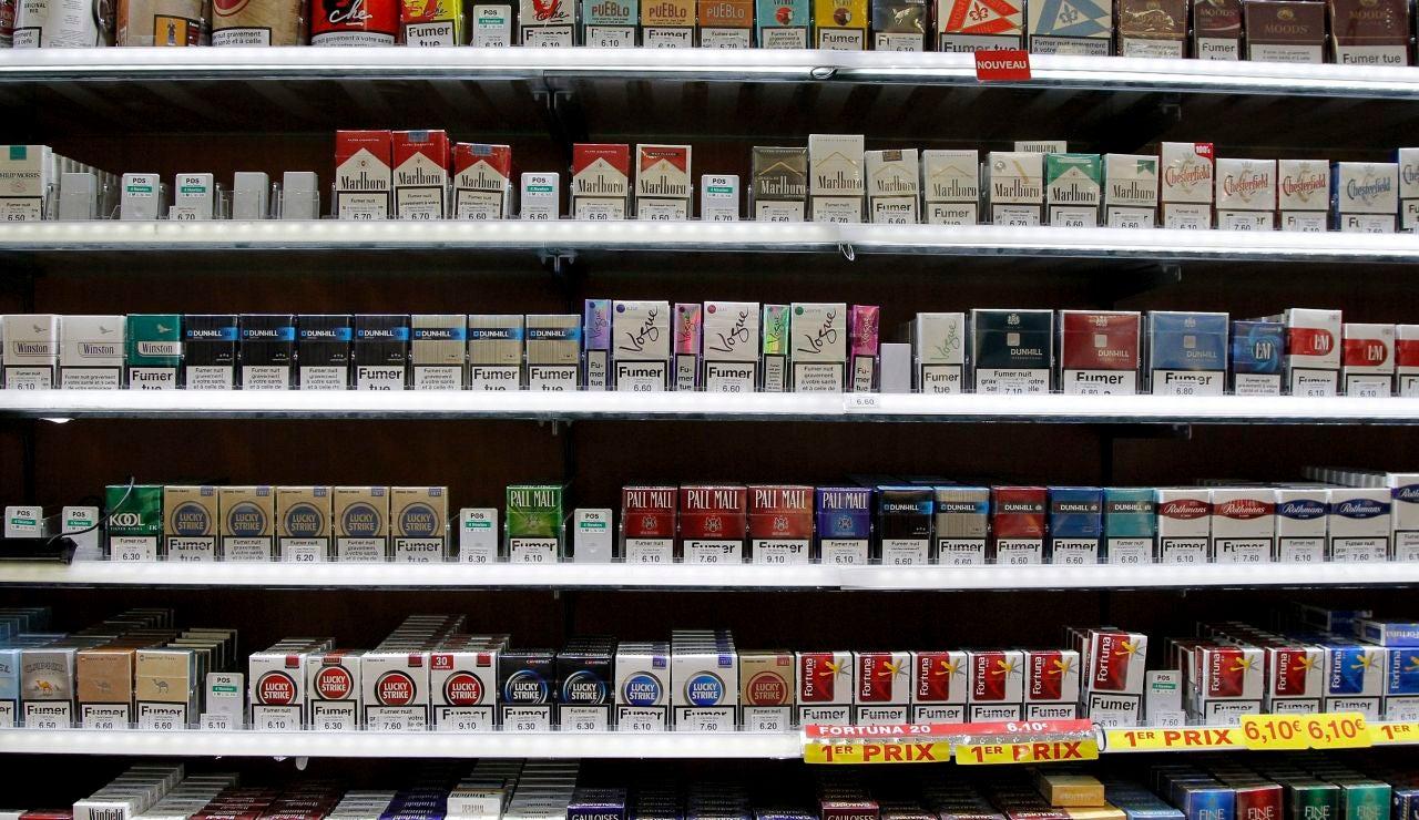 Paquetes de cigarrillos colocados en una estantería de un estanco en Montpellier (Francia)