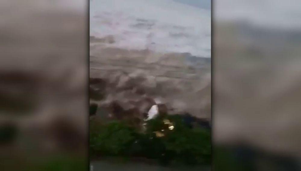 Primeras imágenes del tsunami tras el terremoto de 7,5 grados que ha dejado varios muertos en el norte de Indonesia