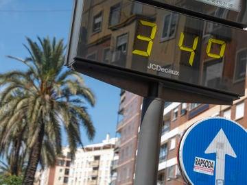 Un termómetro en el centro de la ciudad de València sobrepasa hoy los 30 grados de temperatura