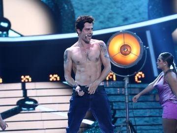 Jordi Coll se deja la piel para interpretar un increíble 'Rock Dj' de Robbie Williams