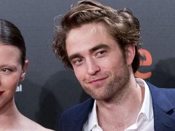 Robert Pattinson y Mia Goth posando juntos en el Festival de Cine de San Sebastián