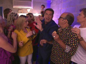 Los concursantes de 'Tu cara me suena' asaltan a Arturo Valls en el camerino