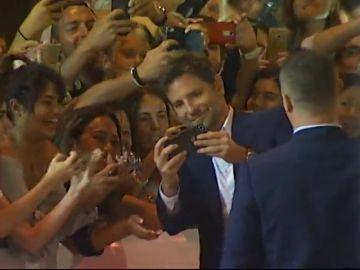 Bradley Cooper 'premia' la larga espera de sus fans en San Sebastián con su mejor sonrisa