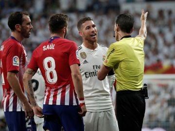Sergio Ramos protesta una acción durante el partido contra el Atlético de Madrid