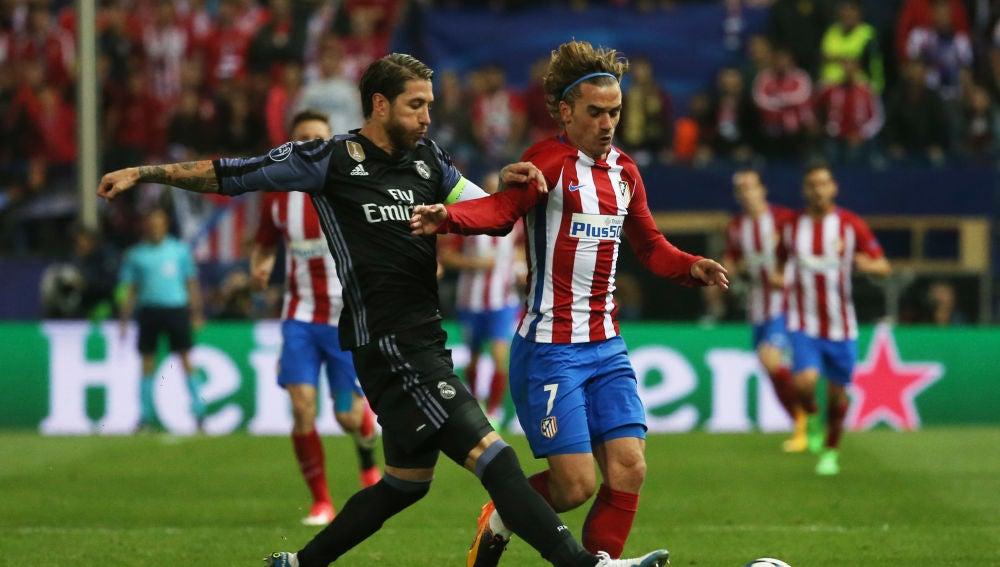 Sergio Ramos y Griezmann, durante un Real Madrid - Atlético de Madrid