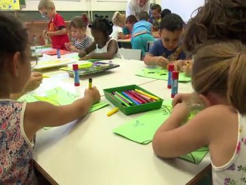 Hermanos separados en las aulas: una medida que no convence a muchos padres