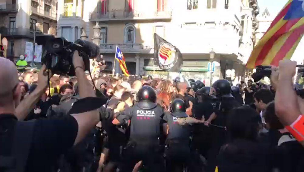 Noticias Fin de Semana (29-09-18) Tensión en Barcelona después de que independentistas intenten impedir la concentración de policías